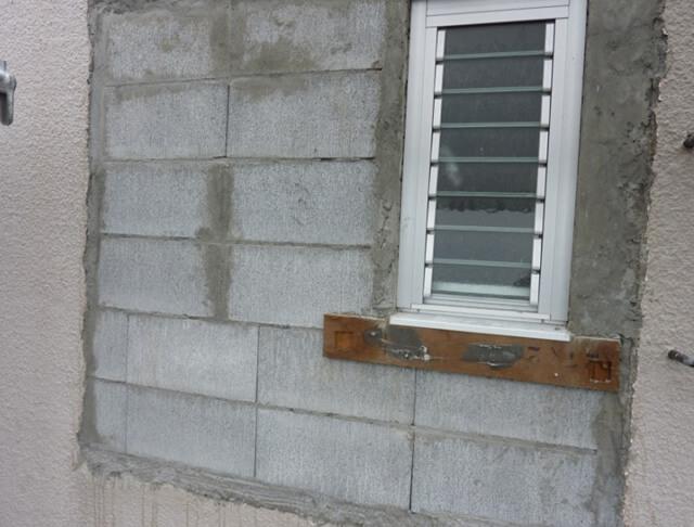 窓周りのモルタル補修前