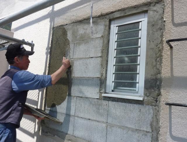 窓周りのモルタル補修中