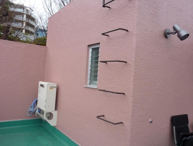 窓周りのモルタル補修後に塗装をして仕上げた状態