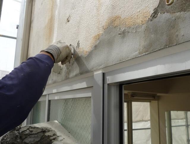 窓サッシの交換補修作業中